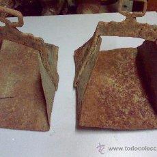 Antigüedades: PAREJA DE ESTRIBOS MUY ANTIGUOS DE HIERRO FORJADO. Lote 33213784