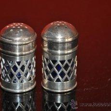 Antigüedades: ANTIGUO JUEGO METALICO DE SALERO Y PIMENTERO CON CRISTAL AZUL. Lote 33445771