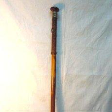 Antigüedades: BASTON ANTIGUO DE METAL, MADERA Y PIEL TRENZADA. CON VIROLA NIELADA EN ORO Y PLATA SOBRE METAL. Lote 33334284
