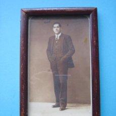 Antigüedades: ANTIGUO PORTARRETRATO DE MADERA CON CRISTAL Y FOTOGRAFIA ANTIGUA . Lote 33338623