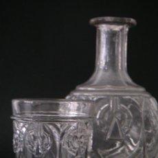 Antigüedades: ANTIGUA BOTELLA Y TAZA DE CRISTAL PRENSADO. Lote 33366191