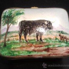 Antigüedades: CAJA PASTILLERO DE PORCELANA PINTADA CON TORO EN EL CAMPO