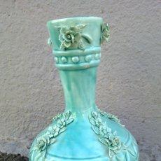 Antigüedades: ANTIGUO JARRON CON FLORES EN RELIEVE. DE MANISES. Lote 33473495