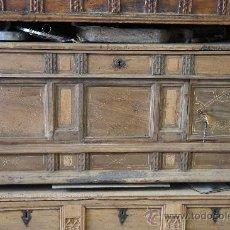 Antigüedades: ARCÓN DE NOGAL CON INCRUSTACIONES DE BOJ. Lote 33518051