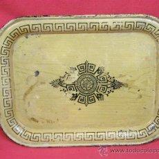 Antigüedades: BANDEJA DE CHAPA POLICROMADA CON GRECAS NEGRAS SOBRE FONDO BEIGE MEDALLÓN CLASICO CENTRAL HACIA 1840. Lote 33535328