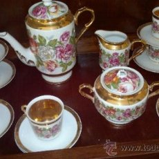 Antigüedades: JUEGO DE CAFE ANTIGUO CON MOTIVOS FLORALES Y DETALLES DORADOS. Lote 100385758