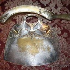 Antigüedades: PRECIOSO RECOGEMIGAS - ESTILO ISABELINO - METAL PLATEADO - FINALES DEL S.XIX. Lote 33629338