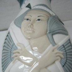 Antigüedades: 34 CM - FIRMADO ANTIGUO JARRON - BÚCARO JAPONES - GEISHA CON ABANICOS. Lote 33711317