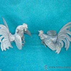 Antigüedades: PAREJA DE FIGURAS DE GALLO DE BRONCE. Lote 33774974