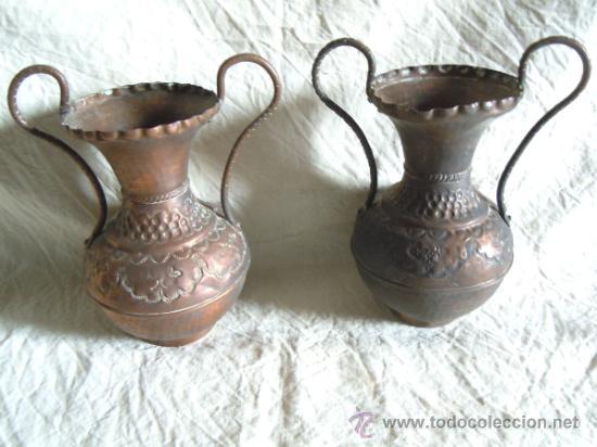 PAREJA DE JARRONES ANTIGUOS DE COBRE PUNZONADO (Antigüedades - Hogar y Decoración - Jarrones Antiguos)