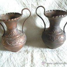 Antigüedades: PAREJA DE JARRONES ANTIGUOS DE COBRE PUNZONADO. Lote 33777771