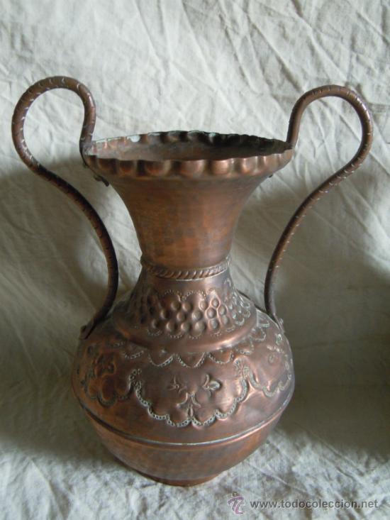 Antigüedades: PAREJA DE JARRONES ANTIGUOS DE COBRE PUNZONADO - Foto 4 - 33777771