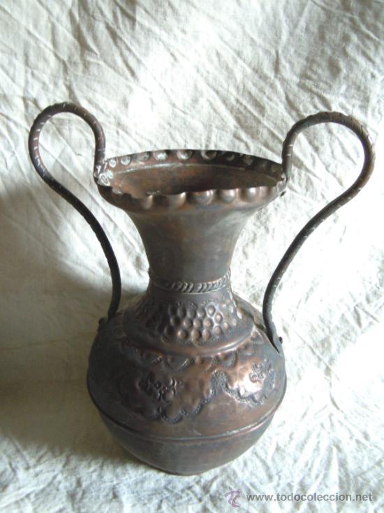 Antigüedades: PAREJA DE JARRONES ANTIGUOS DE COBRE PUNZONADO - Foto 3 - 33777771
