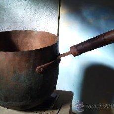 Antigüedades: CUENCO DE COBRE CON MANGO DE MADERA. Lote 33806008