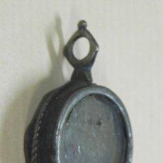 Antigüedades: MEDALLON RELICARIO DE PLATA EN CAJA CIRCULAR Y DOBLE VIRIL. SIGLO XVII - XVIII, MIDE 3 CMS., DE LONG. Lote 33890797