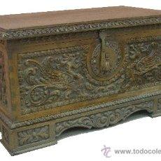 Antigüedades: MAGNIFICO ANTIGUO ARCÓN TALLADO MADERA ALCANFOR CON HERRAJES COBRE. Lote 34018948