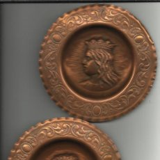 Antigüedades: PRECIOSA PAREJA DE PLATOS DE COBRE ANTIGUOS DE LOS REYES CATOLICOS ISABEL Y FERNANDO DE 15 CM. . Lote 34026132
