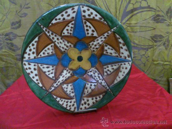 PLATO DE CERAMICA DE LA BISBAL (GERONA) FIRMADO PUIGDEMONT (Antigüedades - Porcelanas y Cerámicas - La Bisbal)