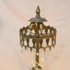 Antigüedades: LAMPARA DE MESA EN BRONCE CON CRISTALES. Lote 34072065