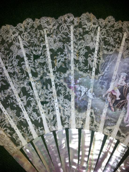 Antigüedades: Bonito abanico de encaje de Chantilly con varillaje de nacar y pintado a mano. - Foto 11 - 26720474