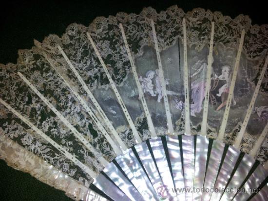 Antigüedades: Bonito abanico de encaje de Chantilly con varillaje de nacar y pintado a mano. - Foto 6 - 26720474