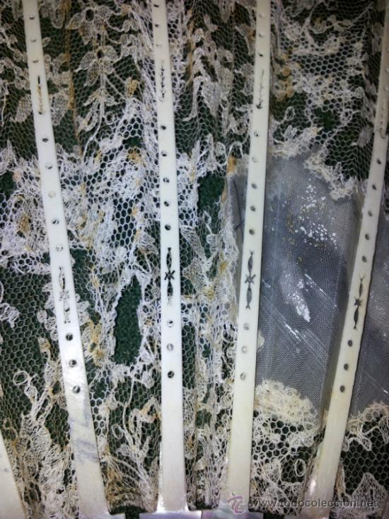 Antigüedades: Bonito abanico de encaje de Chantilly con varillaje de nacar y pintado a mano. - Foto 4 - 26720474