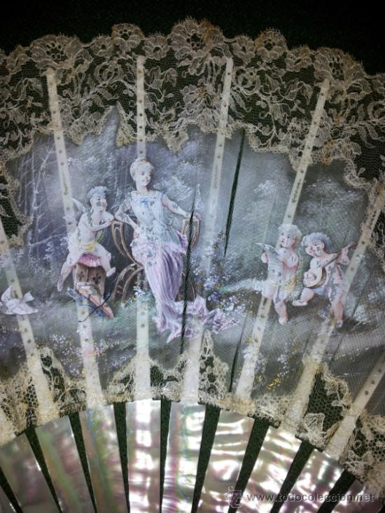 Antigüedades: Bonito abanico de encaje de Chantilly con varillaje de nacar y pintado a mano. - Foto 3 - 26720474