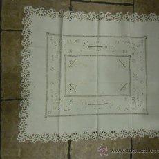 Antigüedades: MANTEL DE CREPE DE ALGODON BORDADO EN BLANCO Y GANCHILLO. Lote 34081862