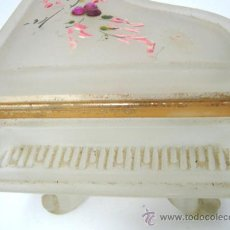 Antigüedades: CRISTAL FUME PINTADO A MANO . CAJA JOYERO . PIANO DE COLA. Lote 34084120