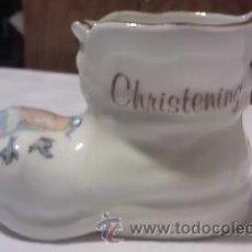 Antigüedades: BONITA BOTA DE DE BAUTIZO EN PORCELANA CROWN FINE BONE CHINA.. Lote 34084649