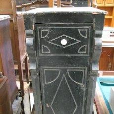 Antigüedades: MESITA DE NOCHE ANTIGUA CON CAJÓN Y ARMARIO CENTRAL PINTADA EN NEGRO, NECESITA RESTAURACIÓN.. Lote 34103631