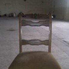 Antigüedades - Antigua silla de roble con tapizado de terciopelo en color mostaza.Madera torneada.. - 36881399