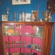 Antigüedades: VITRINA MODERNISTA EN MADERA DE NOGAL DE FORMA CURVA.. Lote 27553030