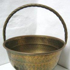 Antigüedades: ANTIGUA CARBONERA JARDINERA DE LATON CON ASA SALOMONICA Y PATAS DE GARRA. Lote 34201693