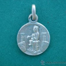 Antigüedades: MEDALLA RELIGIOSA ANTIGUA EN PLATA -VIRGEN CON NIÑO (ESTILO ROMÁNICO) Y S. CORAZÓN-. 1,9 CMS LONG.. Lote 34256689
