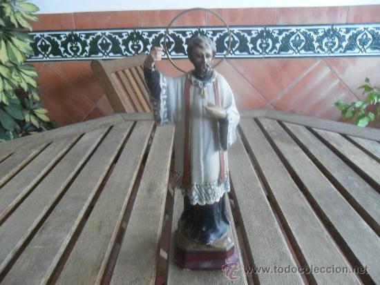 FIGURA DE SANTO EN ESCAYOLA CON BASE DE MADERA (Antigüedades - Religiosas - Varios)
