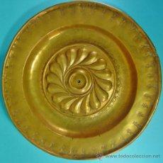 Antigüedades: PLATO LIMOSNERO EN LATON. NUREMBERG, ALEMANIA. SIGLO XVI.. Lote 34309085