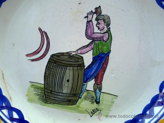 Antigüedades: antigua fuente de ceramica pintada a mano y firmada lario - Foto 2 - 34393104