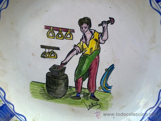 Antigüedades: antigua fuente de ceramica pintada a mano y firmada lario - Foto 2 - 34393154