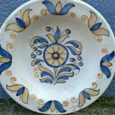 Antigüedades: ANTIGUA FUENTE DE CERAMICA PINTADA A MANO, TALAVERA, CHACON. Lote 34393266