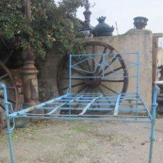 Antigüedades: CAMA EN HIERRO DE FORJA DEL SIGLO XIX, PINTADA EN AZUL.. Lote 27418107