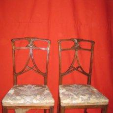 Antigüedades: PAREJA DE SILLAS MODERNISTAS EN MADERA DE NOGAL CON BONITO DISEÑO.. Lote 34409183