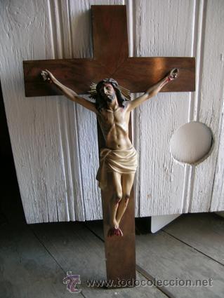 ANTIGUO CRUCIFIJO MADERA NOGAL, IMAGEN ESCAYOLA POLICROMADA. CRISTO OJOS ABIERTOS - CIRCA 1910 (Antigüedades - Religiosas - Crucifijos Antiguos)