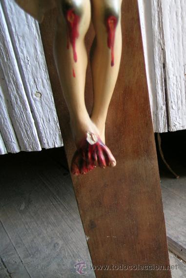 Antigüedades: Antiguo Crucifijo madera nogal, imagen escayola policromada. Cristo ojos abiertos - Circa 1910 - Foto 3 - 34451294