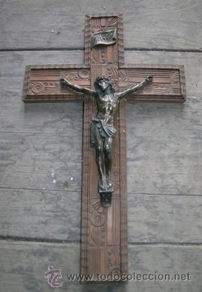 ANTIGUO CRUCIFIJO MADERA NOGAL TALLADO A MANO, IMAGEN EN BRONCE. 4 CLAVOS ---- DE PARED · CIRCA 1910 (Antigüedades - Religiosas - Crucifijos Antiguos)