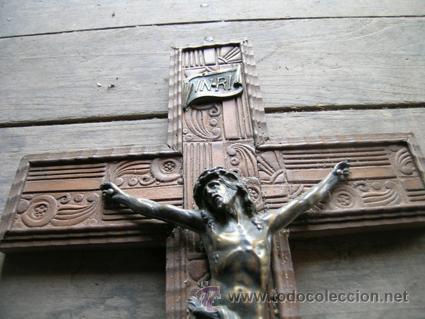 Antigüedades: Antiguo Crucifijo madera nogal tallado a mano, imagen en bronce. 4 clavos ---- De pared · Circa 1910 - Foto 2 - 34455974