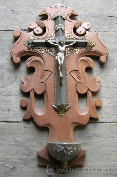 ANTIGUO BENDITERO-CRUZ. CRUCIFIJO MADERA CAOBILLA TALLADA A MANO Y METAL. PRINCIPIOS S.XX (Antigüedades - Religiosas - Crucifijos Antiguos)