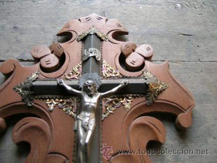 Antigüedades: Antiguo Benditero-Cruz. Crucifijo madera caobilla tallada a mano y metal. Principios S.XX - Foto 3 - 34457629