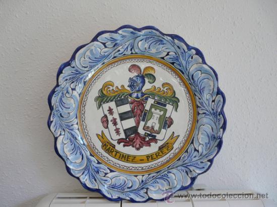 ANTIGUO GRAN FUENTE CERAMICA DE TALAVERA - ESCUDO CON EL NOMBRE MARTINEZ-PEREZ (Antigüedades - Porcelanas y Cerámicas - Talavera)