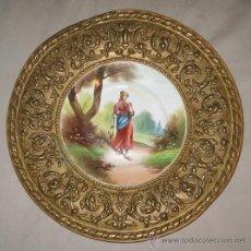 Antigüedades: PAREJA DE PLATOS PINTADOS A MANO FIRMADOS Y SELLADOS CON MARCO LABRADO DE COBRE, 40 CM.. Lote 34556400